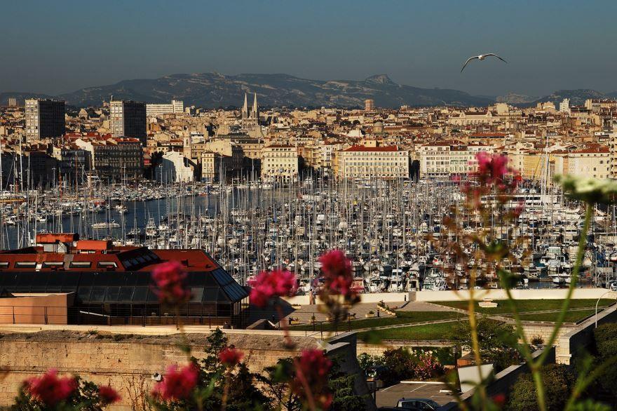 Вид на старый порт и Храм Винсента-де-Поля город Марсель Франция