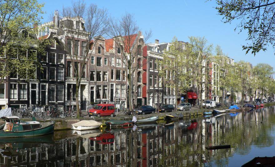 Красивая улица города Амстердам 2019