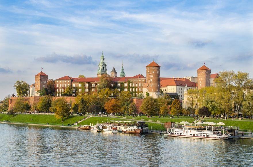 Смотреть красивое фото вид на замок со стороны реки город Краков