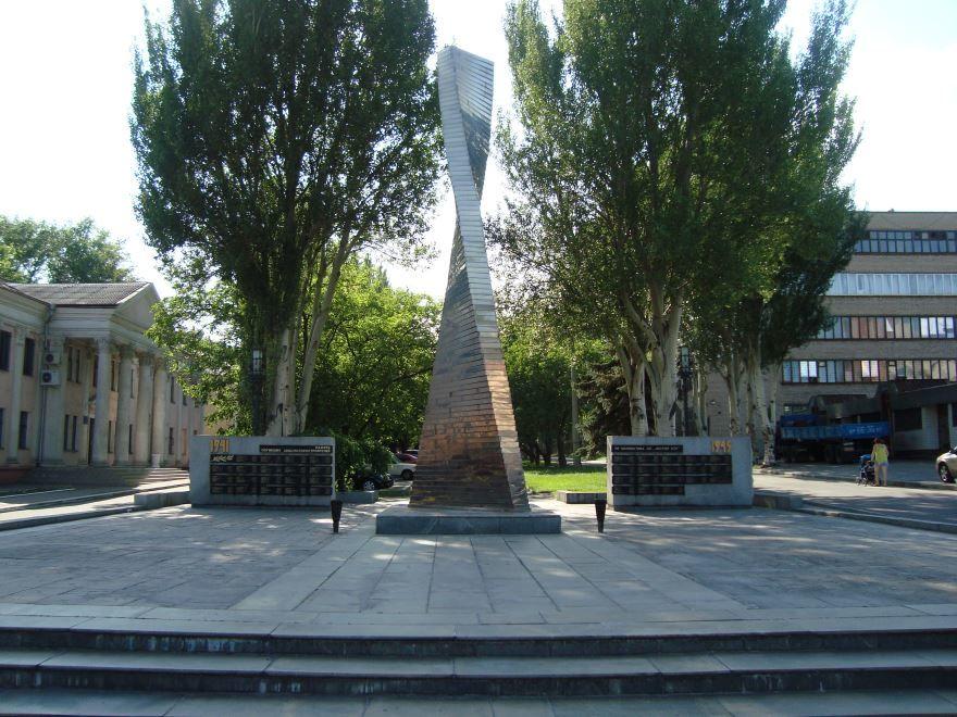 Памятник героям-моторостроителям город Запорожье
