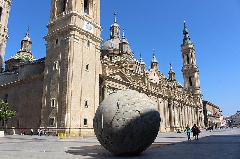 Шар на площади Пилар город Сарагоса