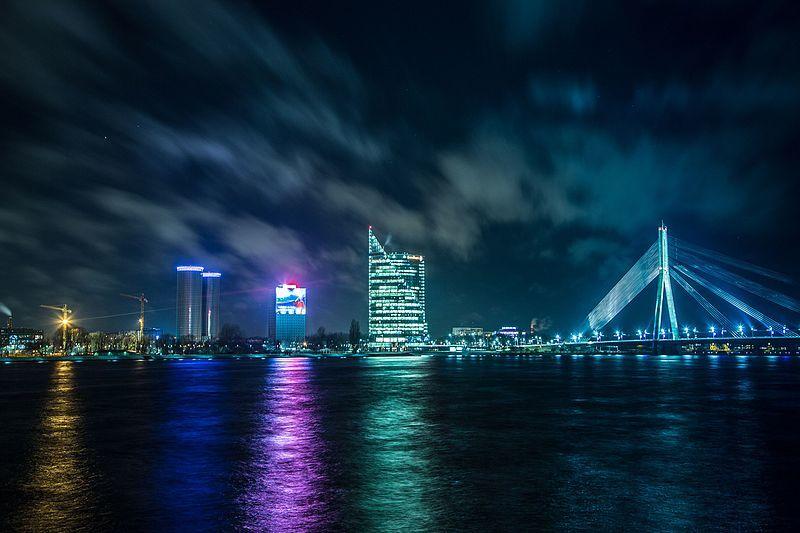 Вантовый мост город Рига 2019 в ночное время