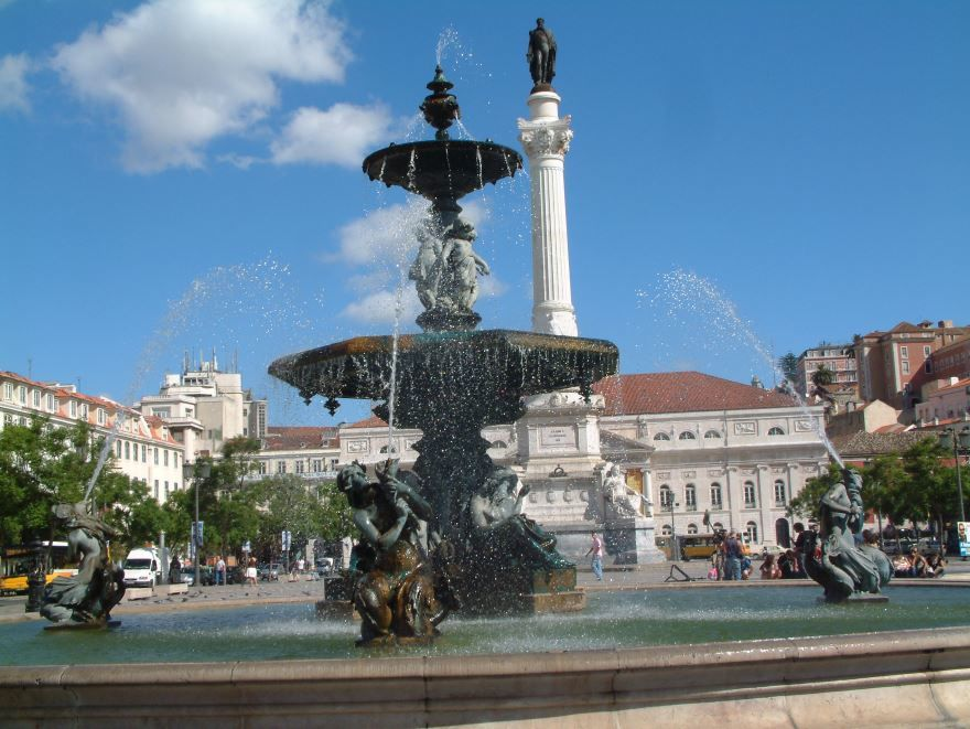 Красивый фонтан в Лиссабоне