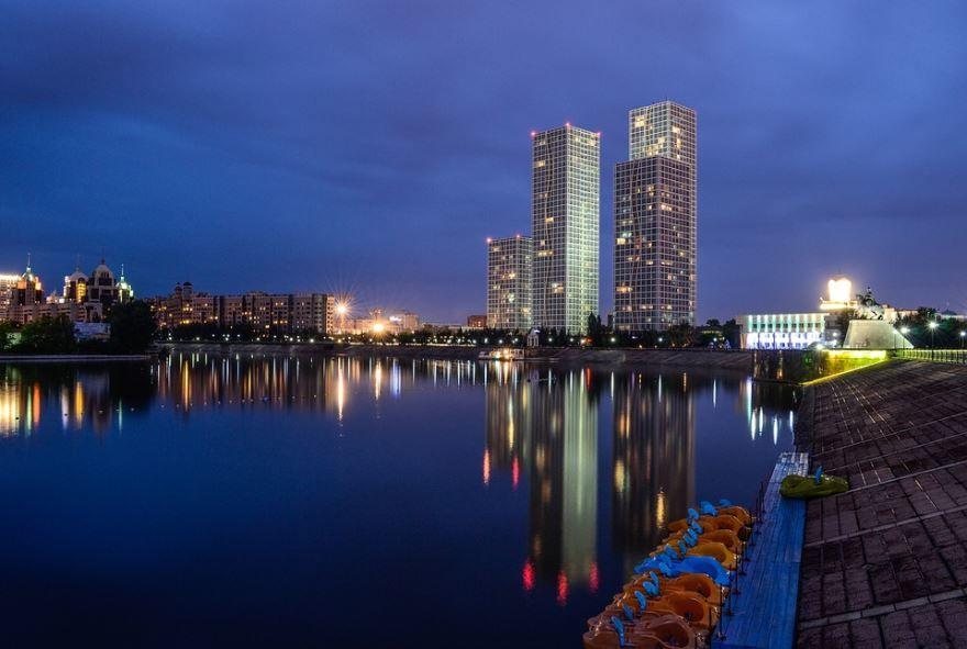 Смотреть красивое ночное фото города Астана