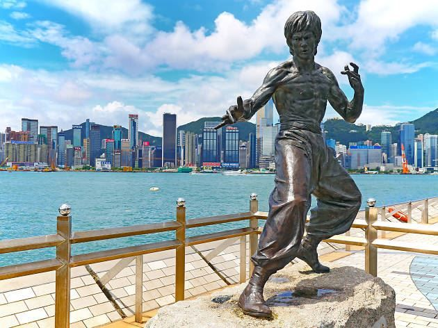 Скачать онлайн бесплатно лучшее фото скульптура на набережной города Гонконг в хорошем качестве