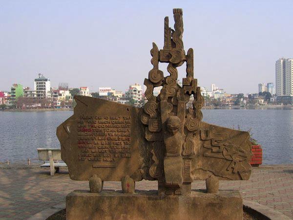 Памятник пленению Маккейна расположенный на берегу Западного озера в Ханое