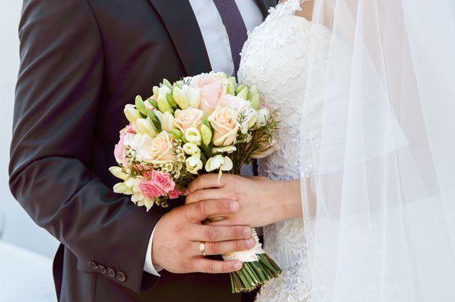 Свадебный снимок. Молодожены и букет