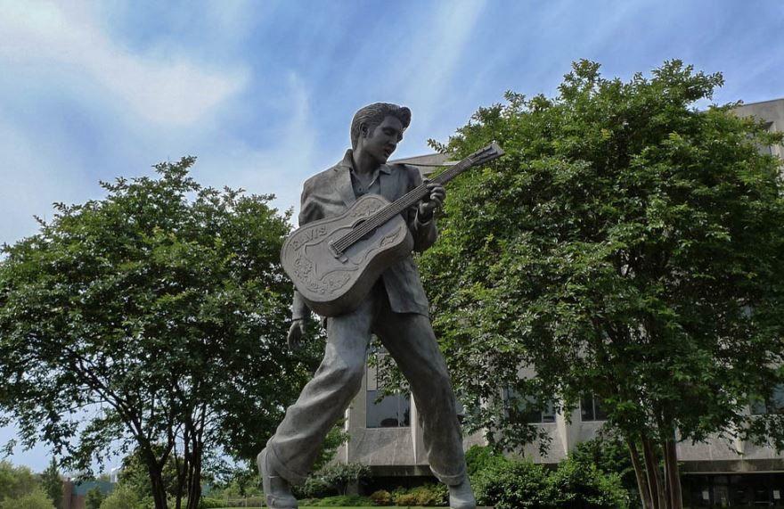 Памятник Элвис Пресли город Мемфис штат Теннесси США