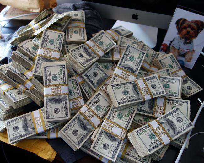 Гора денег, доллары