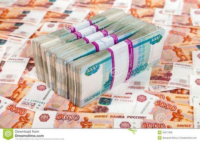 Стопки денег, пачки пятитысячных купюр