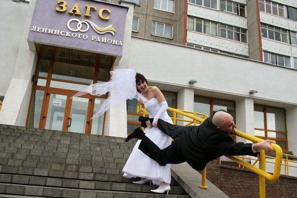 Тащит мужа в ЗАГС