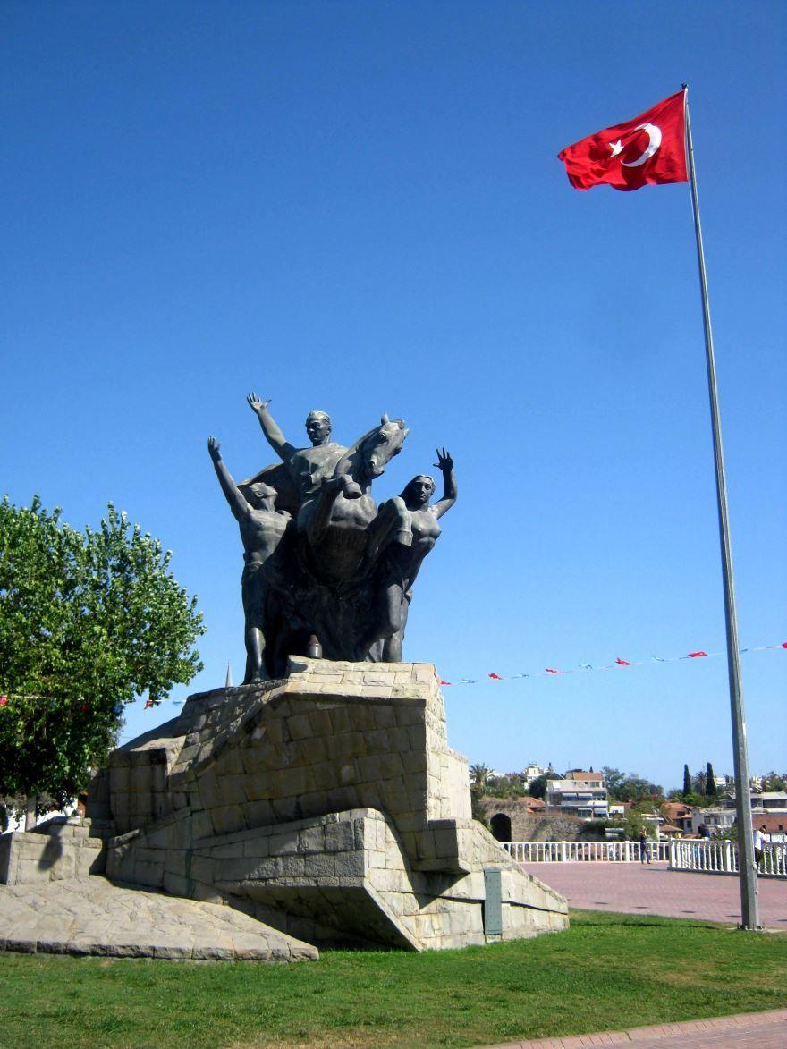 Памятник Ататюрку город Анталья
