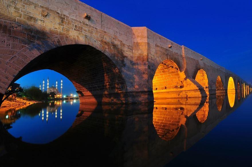Ночное фото города Адана