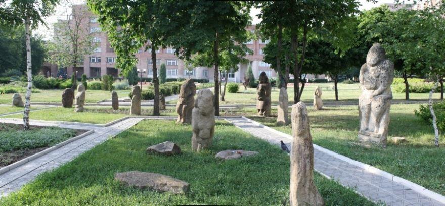Парк каменных скульптур город Луганск
