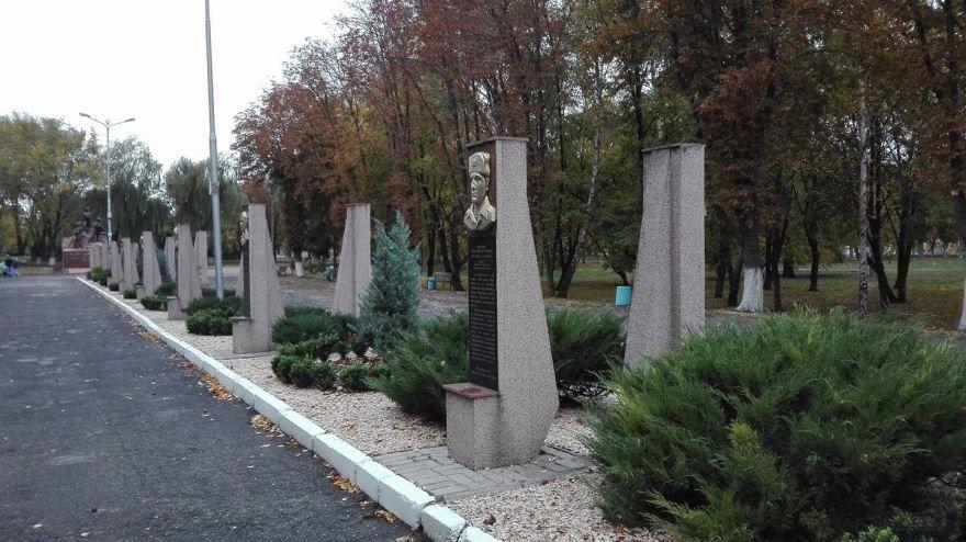 Аллея в парке Воинов интернационалистов город Кременчуг