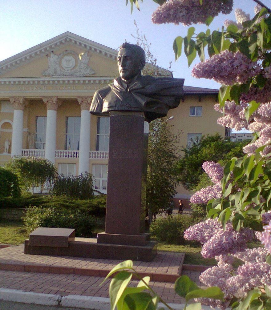 Памятник Усову город Никополь