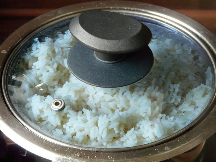 Скачать бесплатно рис, сваренный в кастрюле для приготовления блюда в духовке с мясом