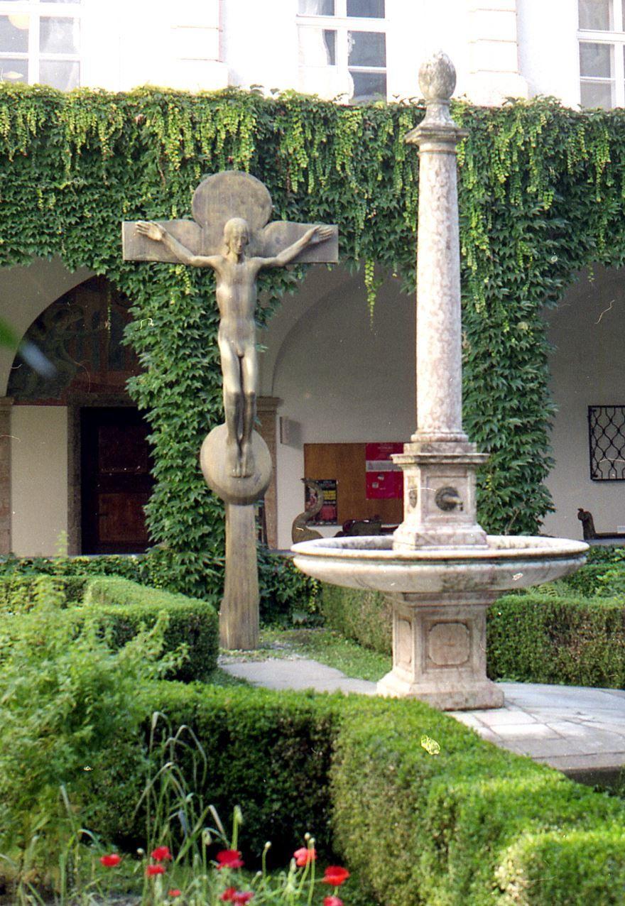 Скандальное распятие сад Хофбурга город Инсбрук