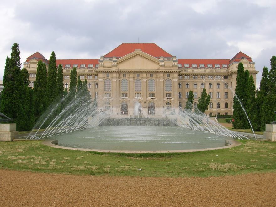 Скачать онлайн бесплатно лучшее фото университете города Дебрецен в хорошем качестве