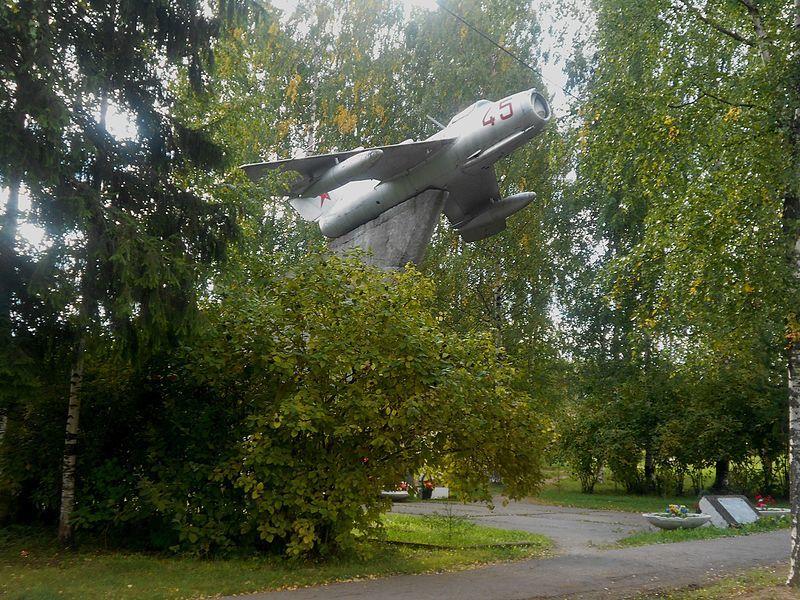 Монумент военным летчикам установлен на горе Выру