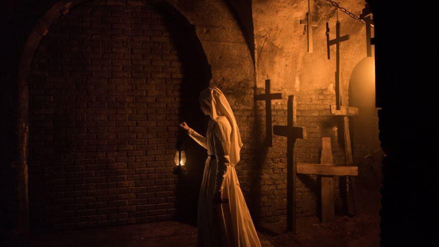 Скачать лучшие картинки и кадры фильма проклятие монахини бесплатно