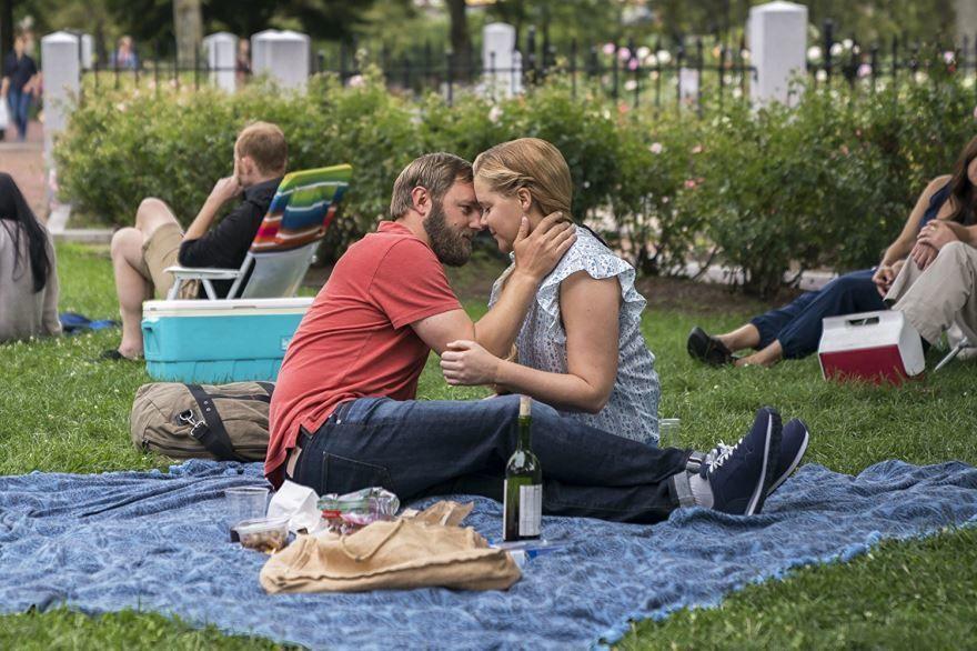 Смотреть бесплатно постеры и кадры к фильму Красотка на всю голову онлайн
