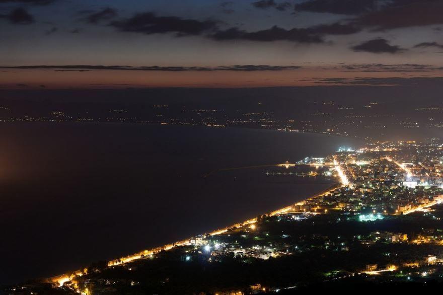 Ночное фото города Каламата Греция