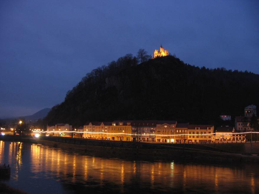 Ночное фото города Дечин Чехия