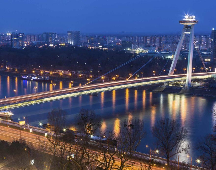Лучшее ночное фото город Братислава