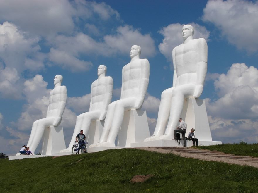 Статуя человек встречает море город Эсбьерг Дания