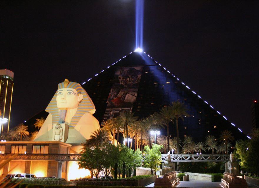 Ночное фото города Луксор Египет