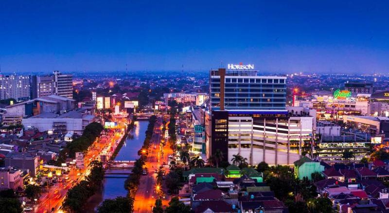Смотреть красивое ночное фото города Бекаси Индонезия