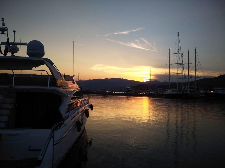 Закат в порту города Генуя Италия