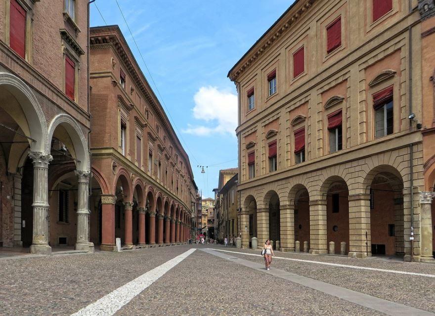 Улица город Болонья