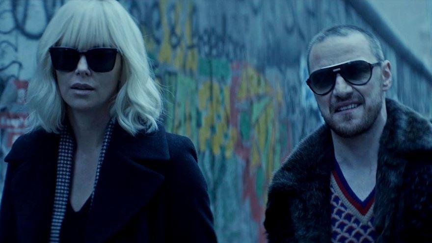 Смотреть бесплатно постеры и кадры к фильму Взрывная блондинка онлайн