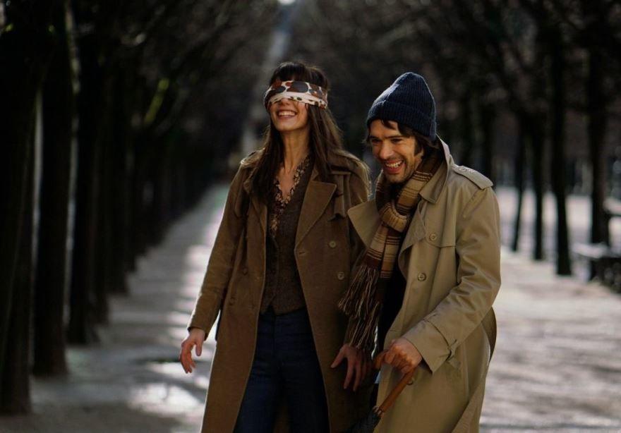 Смотреть бесплатно постеры и кадры к фильму Он и Она онлайн