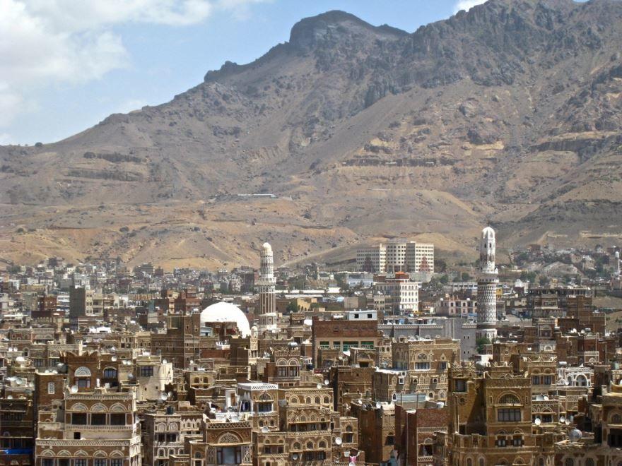 Старый город Сана на фоне горы
