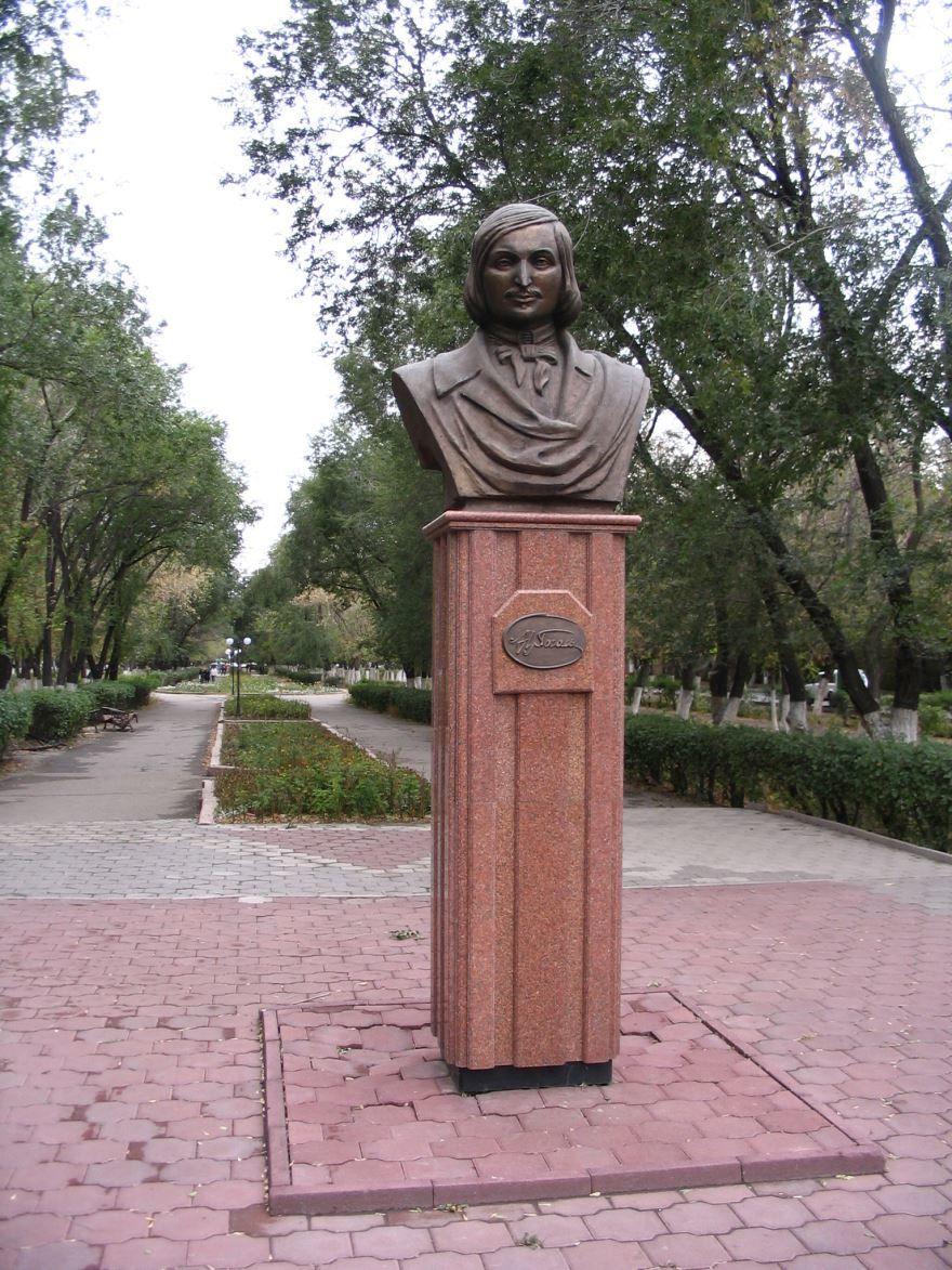 Памятник Гоголю город Караганда