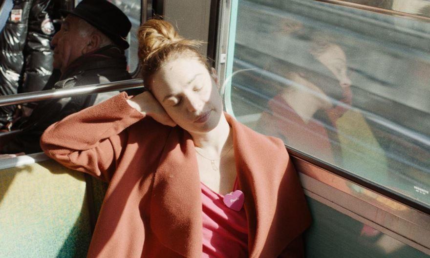 Бесплатные кадры к фильму Молодая женщина в качестве 1080 hd