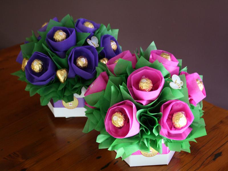 Открытка с конфетами 8 марта
