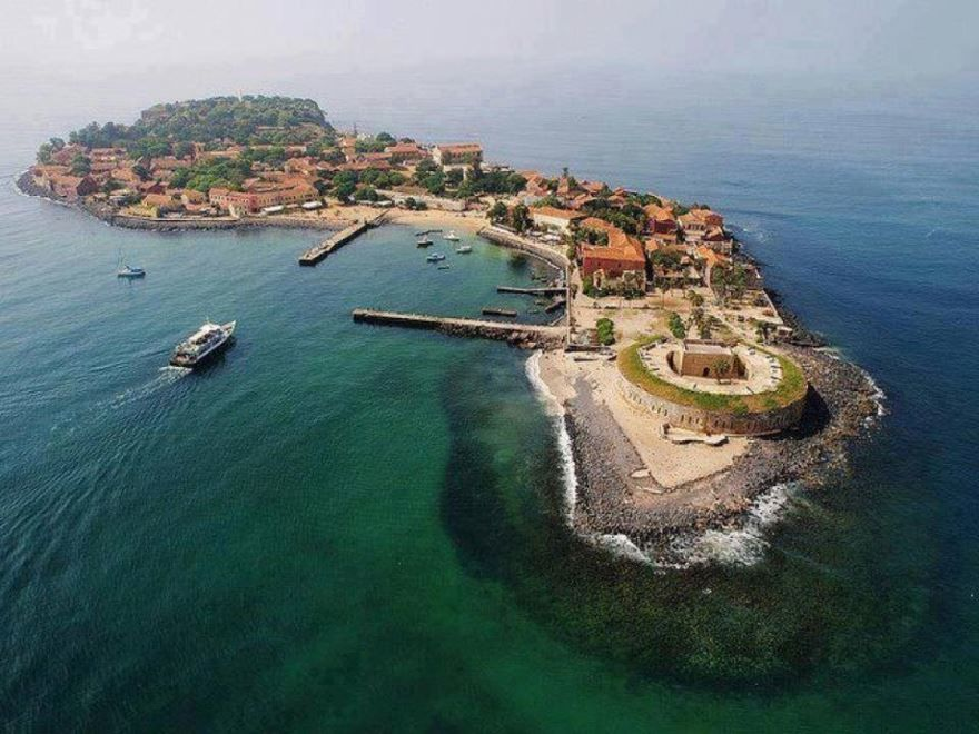 Остров расположен в 4 километрах от города Дакар