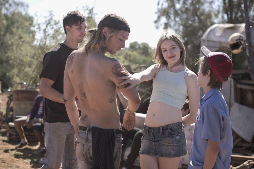 Смотреть бесплатно постеры и кадры к фильму Чужая страна онлайн