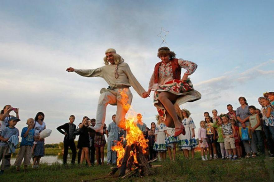 Праздник Ивана Купала на Руси отмечают с вечера 6 июля до вечера 7 июля