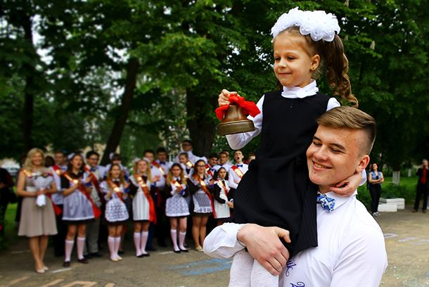 Традиционый звон колокольчика на плече у выпускника