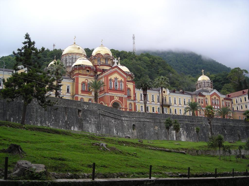 Смотреть фото города Гудаута 2020. Скачать бесплатно лучшие фото города Гудаута Абхазия онлайн с нашего сайта.